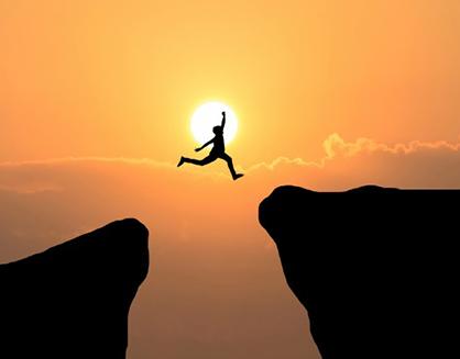courage-mann-springen-durch-die-luecke-zwischen-huegel-business-konzept-idee_1323-262